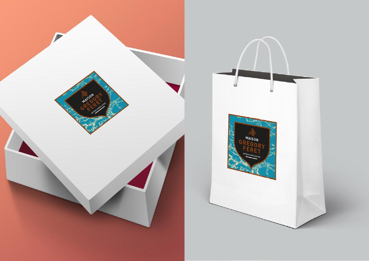 Habillage des sacs et des boites avec les étiquettes pour le chocolatier