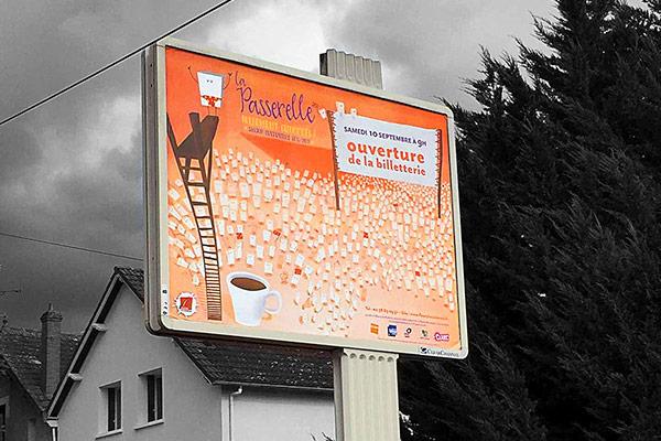 Création de la campagne f'affichage pour La Passerelle à Fleury-les-Aubrais, salle de spectacle. Réalisation d'affiches, flyers, carte com et programme pour la saison culturelle 2016-2017 par l'agence des Monstres.