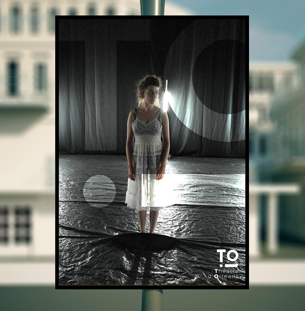 Déclinaison du logo créer pour le théâtre national de la ville d'Orléans , sur des affiches misent en situation dans la rue, celle çi laisse une belle part à l'image du spectable et le logo apparait simplement en opacité réduite, ce graphisme a été créée par l'agence des monstres à Orléans.