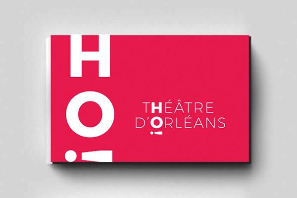 Déclinaison du logo créer pour le théâtre national de la ville d'Orléans qui joue avec le point d'exclamation pour rappeler l'émotion produite par un spectacle, sur une carte de visite.