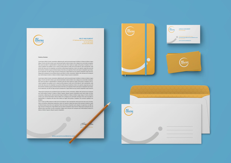 Logo Au Centre et ses déclinaisons sur support papier comme des enveloppes, carte de visite