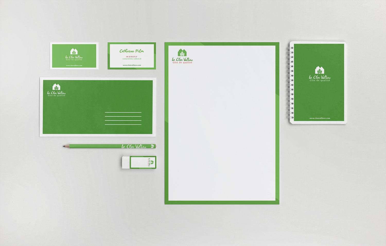 declinaison du logo de clos vallière sur carte de visite, lettres, carnet, entête de lettre, gomme, stylo