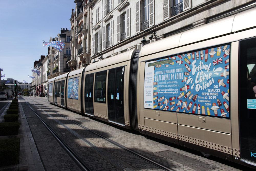 habillage de tramway par l'agence des monstres pour le visuel de l'affiche du festival de loire 2019