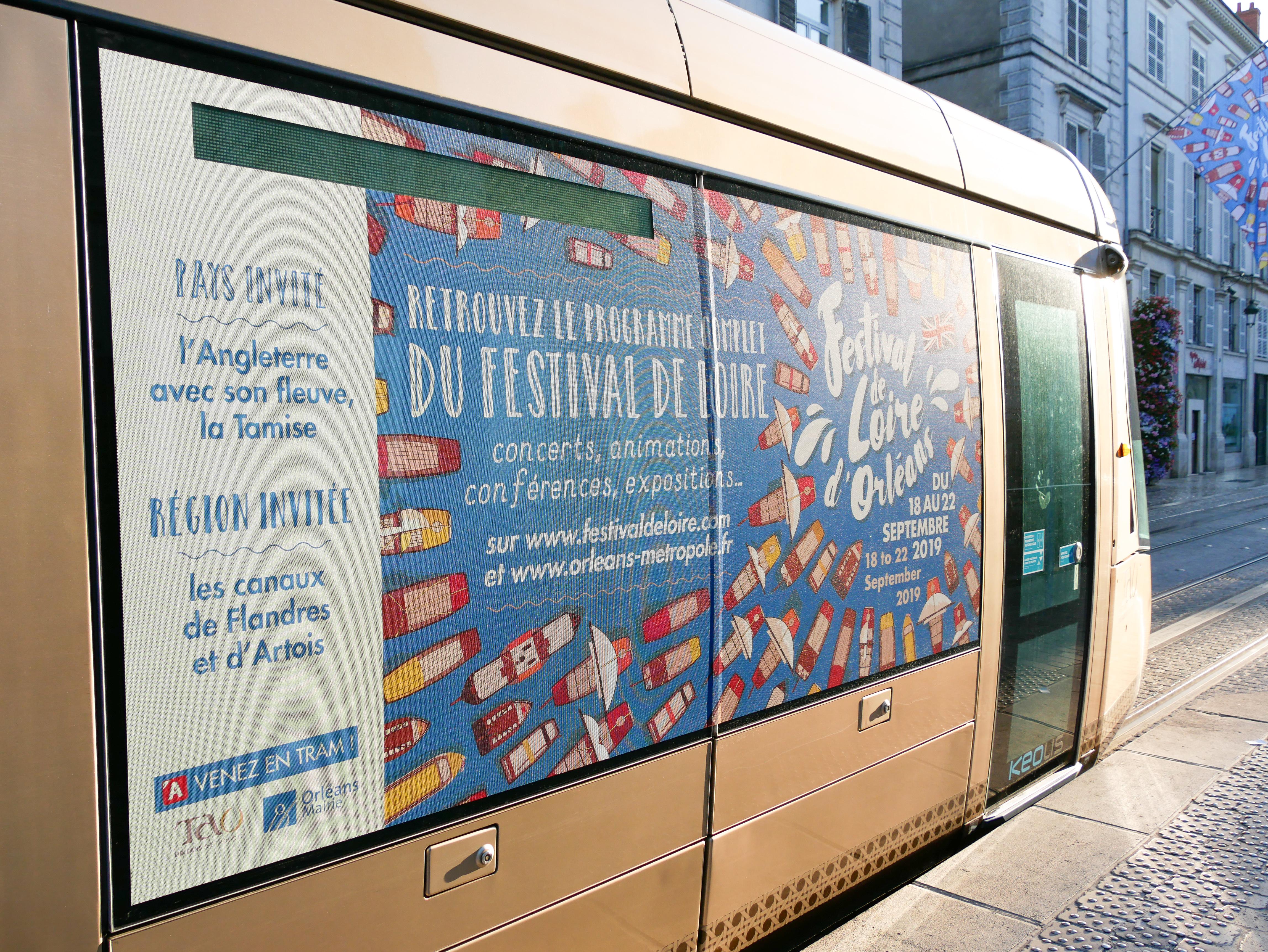 Habillage du tram, visuel du festival de loire d'orléans par l'agence de communication des monstres