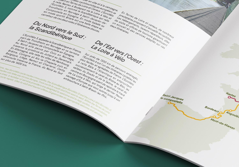 zoom sur double page mise en page par l'agence des monstres de la brochure de l'office de tourisme